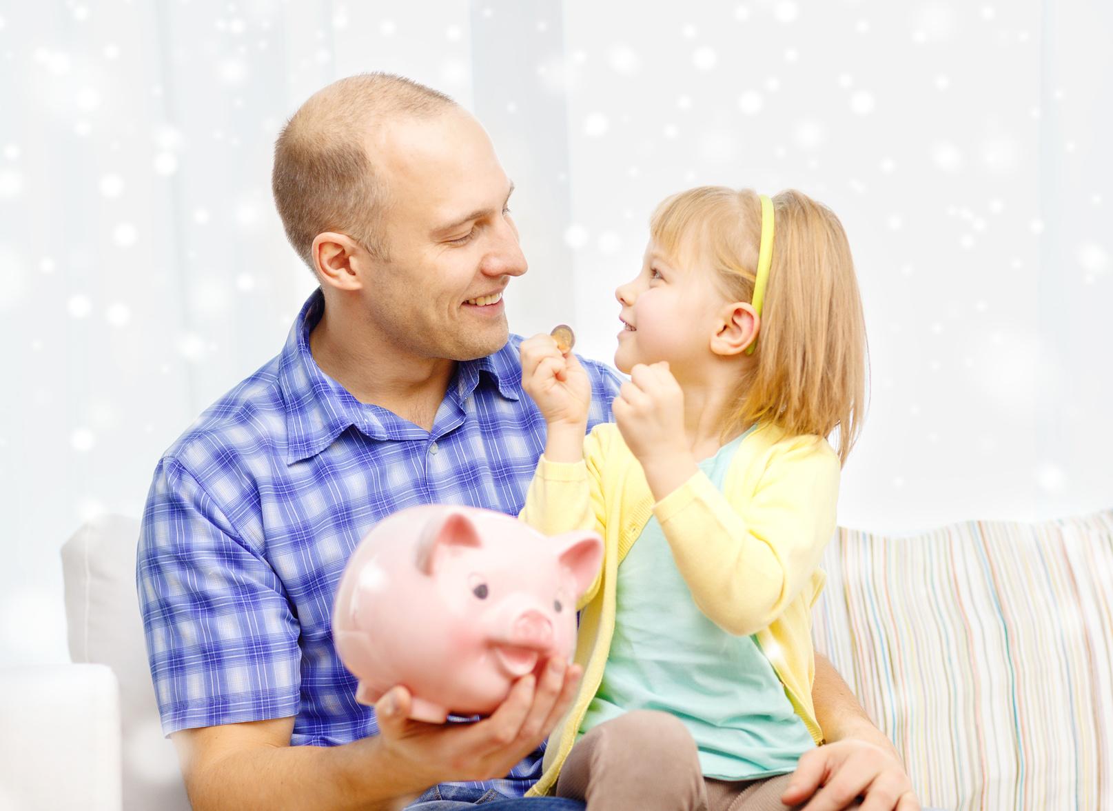 ojciec, córka, edukacja finansowa dziecka, świnka skarbonka