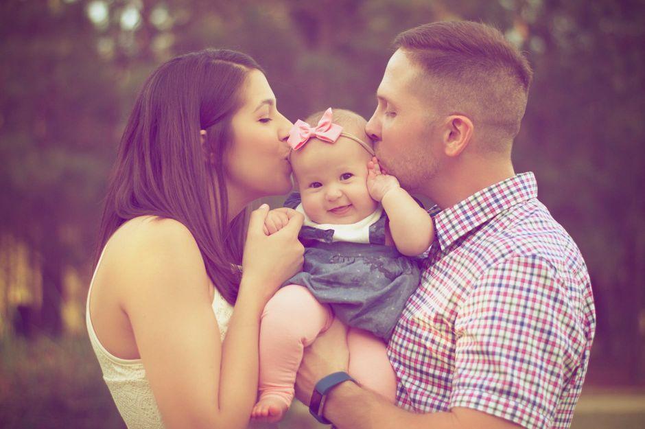 Rodzice z dzieckiem na majówce
